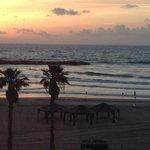 Blick beim Sonnenuntergang aus der Lobby des Hotels zum Strand