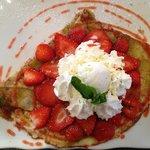 Crèpe fraise de Carpentras, rhubarbe chantilly et glace au yahourt maison, un délice!!!!!