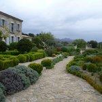aperçu des jardins qui entourent la Bâtisse