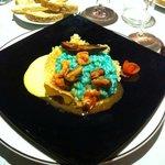 Riso azzurro con frutti di mare su riduzione allo zafferano