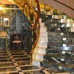 Escalera del hotel según se entra a él