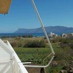 Balkon mit Blick aufs Meer und den Garten