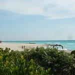 playa a la altura del hotel