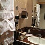 Salle de bains, avec porte coulissante pour y entrer