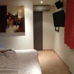 Chambre, et couloir de dégagement allant à la sdb (pas de tête de lit mon mari était dedans lol)