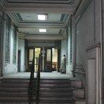 Внутри здания