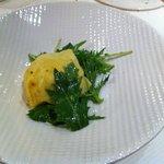 raviole de chèvre et céleri au basilic thaï, salade mizuna