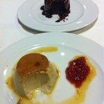 tarta de chocolate con cobertura de chocolate caliente y Flan de Tė Rojo, no pudimos resistirnos