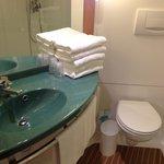 Vue sur le cabinet de toilette qui dispose d'une grande douche d'angle.