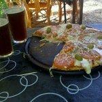 Pizza napolitana, cerveza Roja