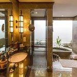 Salle de bains d'une chambre, avec baignoire encastrée dans le sol