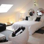 Dormitorio secundario con cama de matrimonio