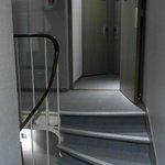 Al salir del ascensor hay que tener cuidado con los escalones!
