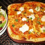 Tandoori Chicken Pizza with garden salad