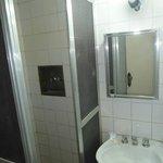 rouille dans le lavabo et l'eau, champignon dans la salle de bain
