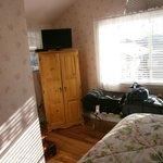 Habitación con una cama super alta y muy cómoda