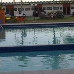 Vista da piscina e apartamentos.