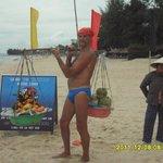 Разносчик фруктов на пляже