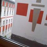 Skråkig ud af vinduet - kan lige skimte himlen