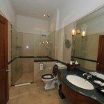 """Salle de bain côté douche (""""Oceanic suite"""")"""