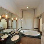 """Salle de bain côté baignoire (store baissé)  (""""Oceanic suite"""")"""