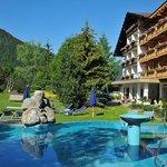Pool und großer Naturpark direkt beim Hotel