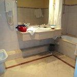 Bagno e doccia divisi in due ambienti, bagno minuscolo