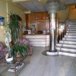 Recepcion y acceso a habitaciones por la escalera.Tambien dispone de ascensor