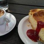 Süße Desserts nach dem Essen aus der Vapiano Vitrine