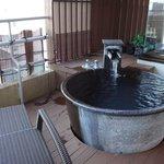 ベランダにある露天風呂、ラタンのチェアがついてます!
