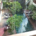 zwembad vanuit de kamer gefotografeerd