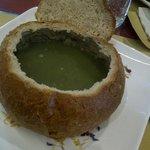 zuppa di ortica nella pagnotta