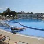 Den dejlige pool, med masser af solsenge og parasoller
