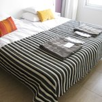 Pænt soveværelse med badekåber og tøfler