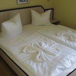 Liebevoll angemachtes Doppelbett