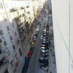 Parkplatzsituation vor dem Hotel.