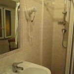 Para os padrões europeus de hotéis com preços acessíveis, considero o banheiro bem espaçoso