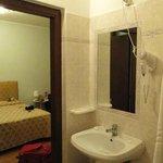 Banheiro limpo, com secador de cabelo