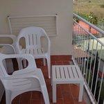 Terraza con tendedero y sillas