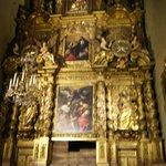 Um dos seus famosos altares em madeira do séc XVII - I