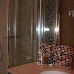 Geräumige Dusche im Bad