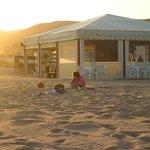 пляж и кафе в 100 метрах от отеля