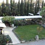 vue sur la terrasse du resto et la piscine
