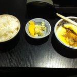 le riz, les morceaux de mangues, et l'œuf jaune battu dans lequel on trempe les légumes et tranc