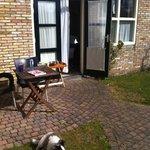 geweldig terrasje bij goed ingerichte tuinkamer met heerlijk ontbijt op de kamer