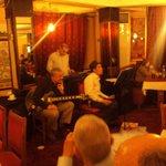 Groupe de musique à l'interieur du restaurant