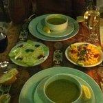 zuppa di lenticchie e salsine humus e yoghurt menta e aglio.