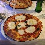 pizza margherita con bufala e basilico