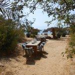 divani e tavoli sulla spiaggia anche falo' la sera