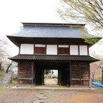 飯山城址公園・・・公園下側の立派な門